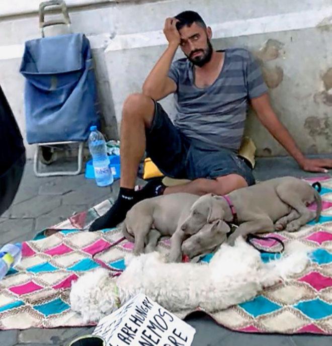 El rumano Ionut Banciu mendiga en una calle de Barcelona con dos perros que posteriormente le fueron incautados por la Guardia Urbana.