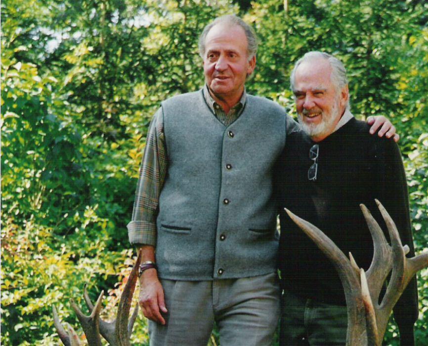 El Emérito con Manuel Prado junto un ciervo abatido en Austria.