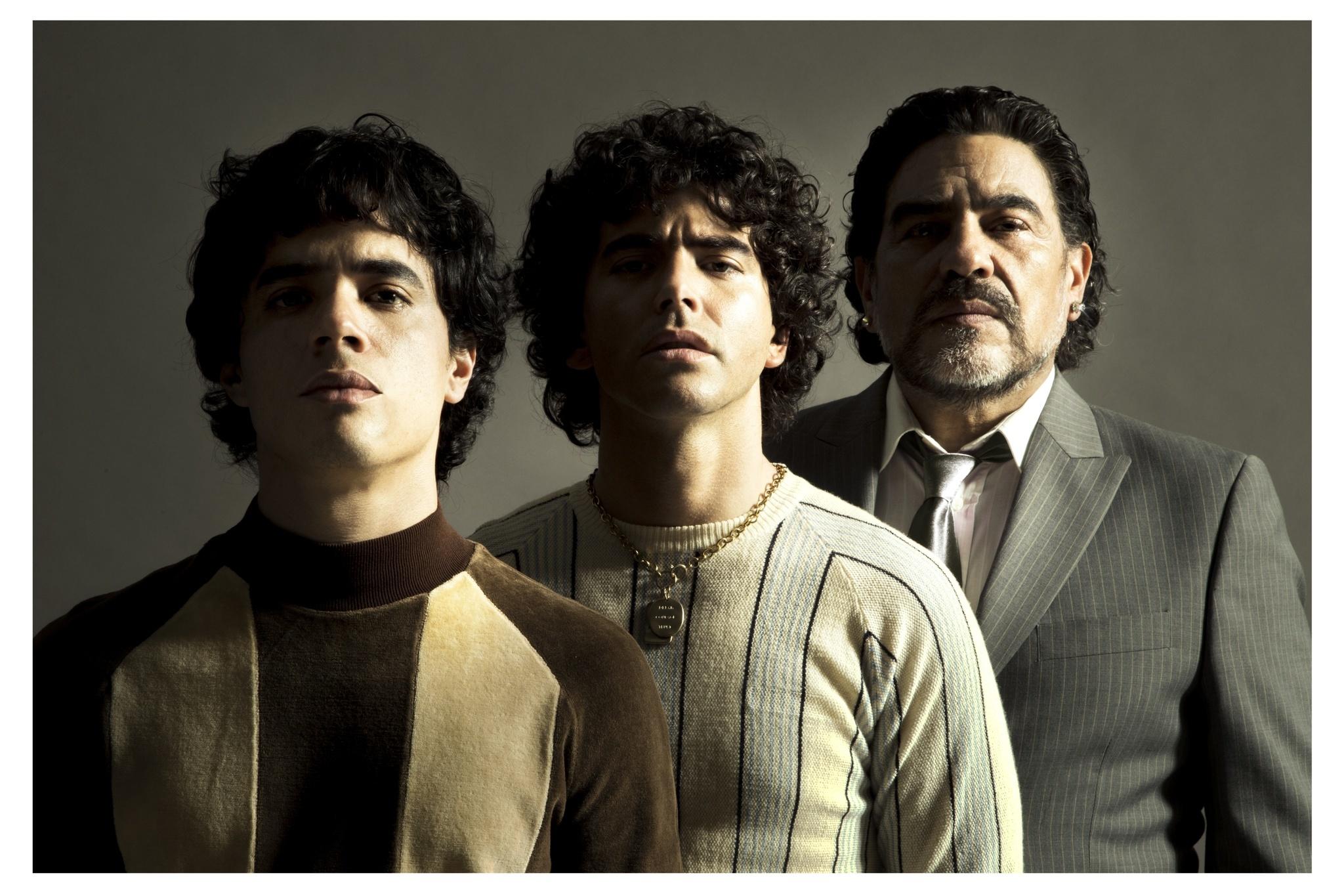 De izquierda a derecha, Nicolas Goldschmidt, Nazareno Casero y Juan Palomino, como Maradona.