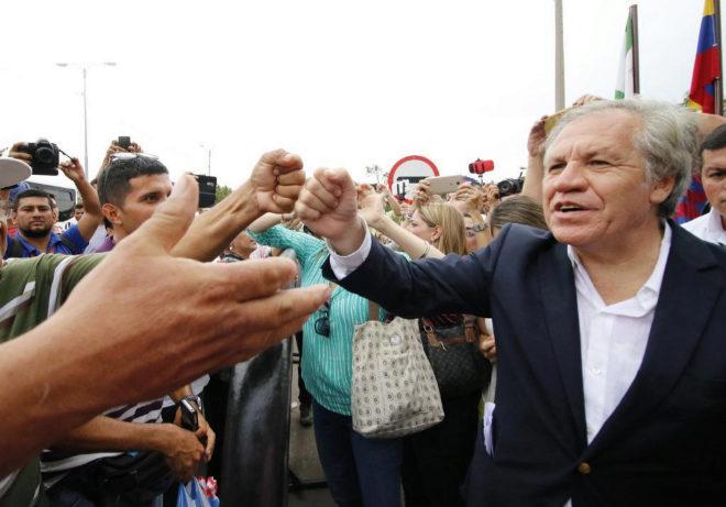 El secretario general de OEA, Luis Almagro (d), saluda a inmigrantes venezolanos en la ciudad fronteriza de Cúcuta (Colombia).