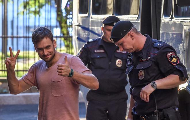 El miembro de Pussy Riot, Pyotr Verzilov, durante su comparecencia...