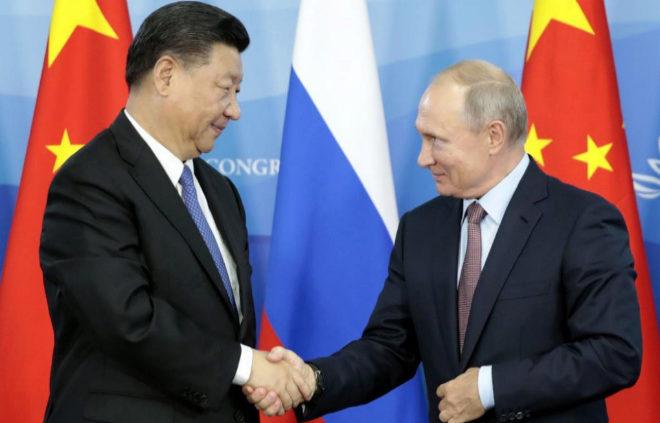 El mandatario chino Xi Jinping con el presidente ruso Vladimir Putin.
