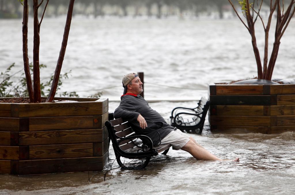Un hombre se sienta en un parque inundado en Wilmington (Carolina del Norte)
