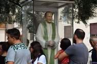 La imagen del cura Pino Puglisi se expone en Brancaccio, distrito de Palermo, durante la visita del Papa.