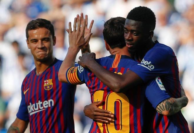 Dembélé celebra con Messi y Coutinho el gol del triunfo del Barcelona en Anoeta.