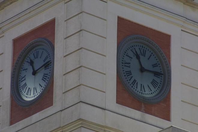 Detalle del reloj de la Puerta del Sol.
