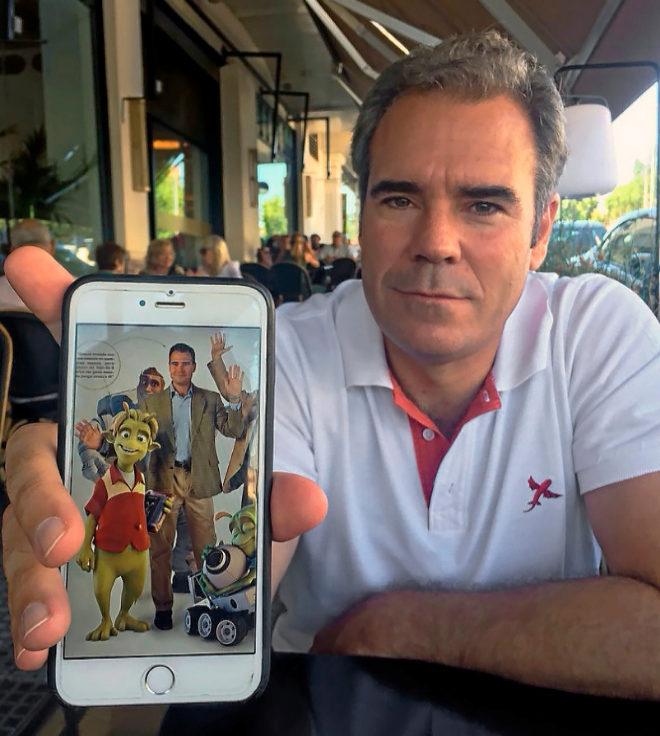 Javier Pérez Dolset (49 años) en su encuentro con Crónica este jueves. En el móvil, una imagen de cuando se lanzó la película Planet 51.