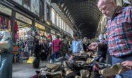 Un comerciante vende zapatos en el popular zoco de Al Hamidiya, en Damasco.