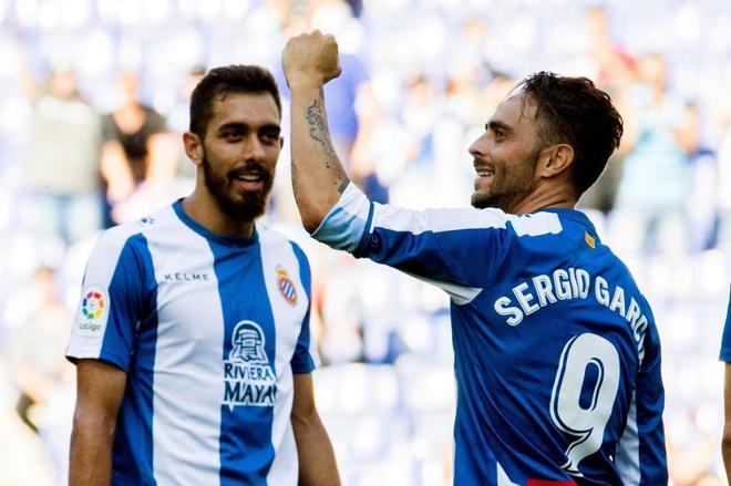 Sergio García (d), celebra el primer gol de su equipo junto a Borja Iglesias (i).