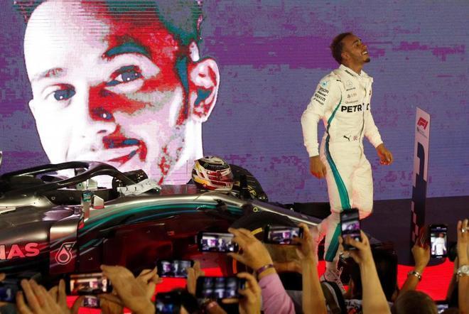Lewis Hamilton celebra su triunfo en el circuito urbano de Singapur.
