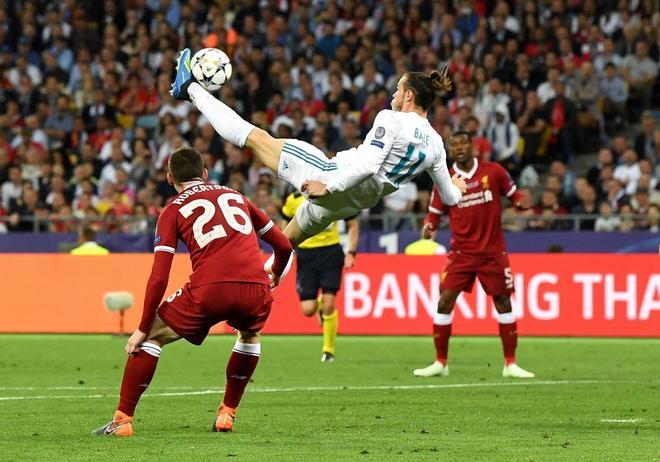Gareth Bale se eleva ante la zaga del Liverpool para marcar de chilena en la final de la Champions.