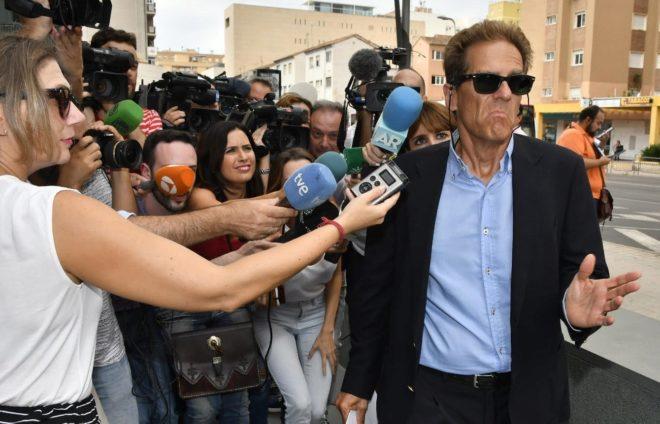 Esteban Hernández, abogado de Ana Julia Quezada a su llegada a los juzgados de Almería.
