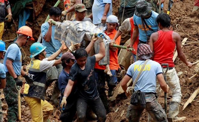 Los equipos de rescate buscan víctimas en un deslizamiento de tierra causado por el tifón Mangkhut