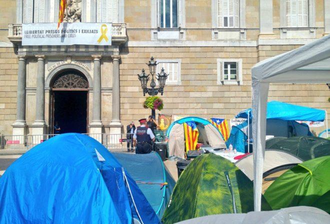 Imagen de las tiendas instaladas en la plaza Sant Jaume por miembros de la Acampada per la Llibertat.