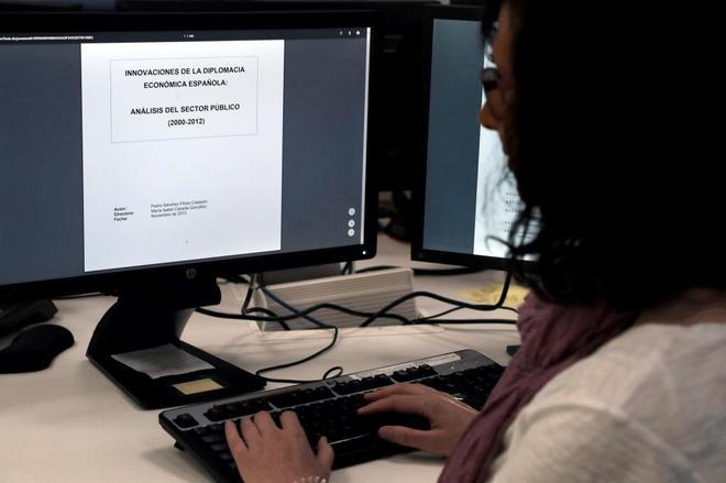Una mujer consulta la tesis de Pedro Sánchez tras su publicación en...