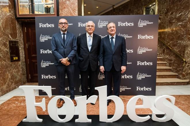 """Isidro Fainé, presidente de la Fundación Bancaria """"la Caixa"""" y de CriteriaCaixa, junto a  Florentino Pérez, presidente de ACS, y Andrés Rodríguez, editor y director de la revista Forbes."""