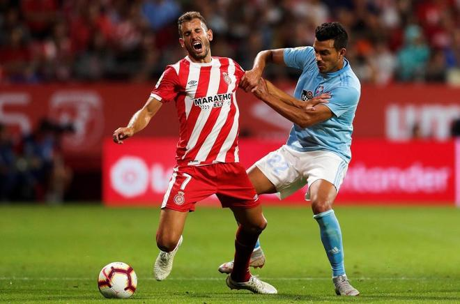 Stuani (i) intenta llevarse el balón ante Cabral, durante el Girona-Celta.