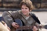 Freddie Highmore interpretando a August Rush, niño prodigio en busca...