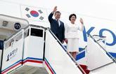 El presidente surcoreano, Moon Jae-in, y su esposa, Kim Jung-sook,...