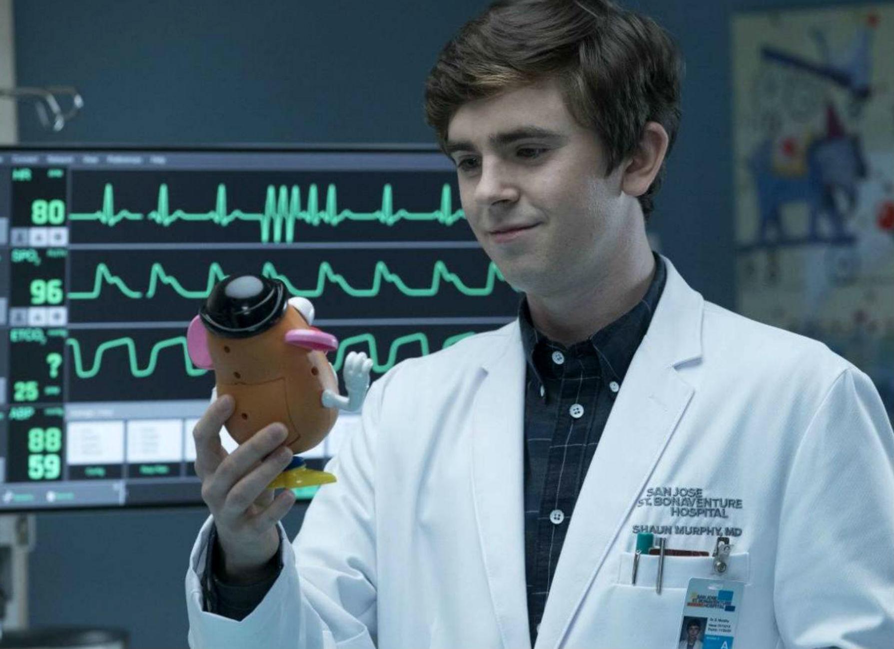 El actor Freddie Highmore interpretando al Dr. Shaun Murphy en un...
