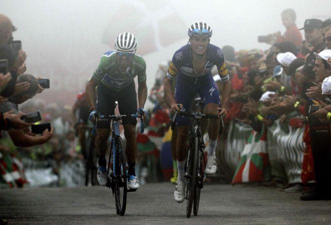 Mas y Valverde cruzan la linea de llegada de la decimoséptima etapa de la Vuelta.