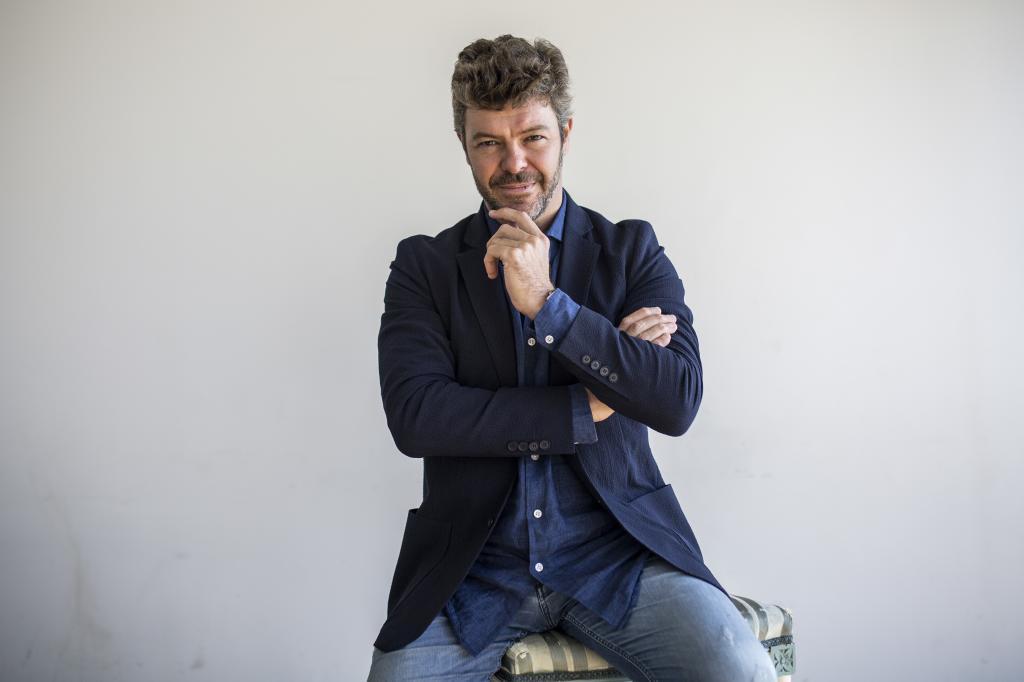 Pablo Heras-Casado posa en el Teatro Real tras la entrevista.
