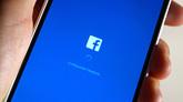 Un hombre configura la aplicación de Facebook en su teléfono móvil.