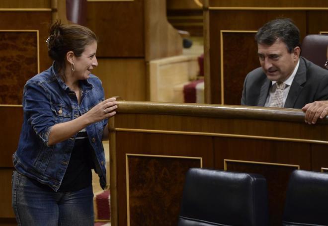 La portavoz socialista, Adriana Lastra, con el diputado del PNV Aitor...
