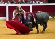 Manuel Escribano, da un pase a su toro en la primera corrida de la Feria de San Mateo en Logroño.