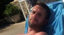 Un turista inglés exige una compensación por salvar a dos niños que se ahogaban en una piscina
