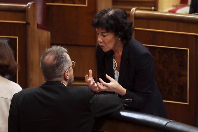 La Ministra de Educación: Celaá justifica su inacción contra el adoctrinamiento en Cataluña
