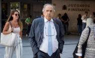 Enrique Álvarez Conde sale de los juzgados de Plaza de Castilla, este septiembre.
