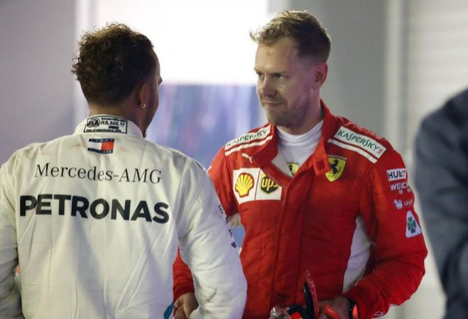 Sebastian Vettel (d), saluda a Lewis Hamilton (i) en Singapur.