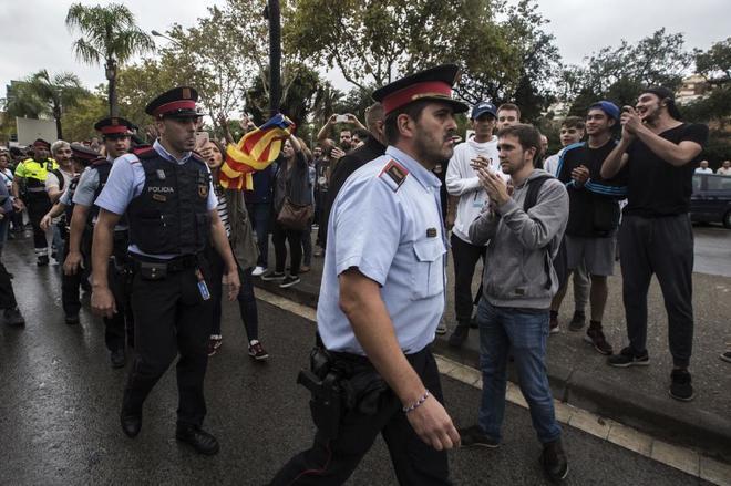 Mossos d'Esquadra a su llegada a un colegio de L'Hospitalet durante el referéndum del 1-O