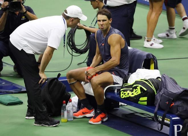 Rafael Nadal, atendido en las semifinales del Abierto de Estados Unidos.