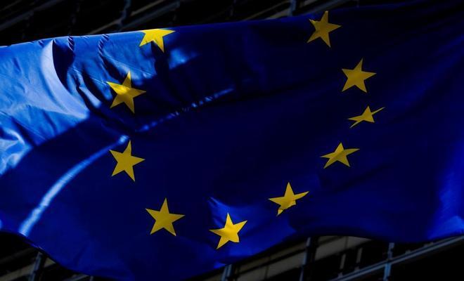 La bandera de la Unión Europea hondea frente a la sede de la Comisión Europea (CE) en Bruselas.