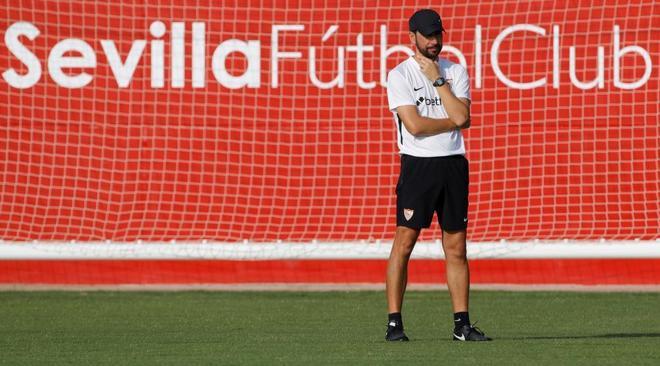 Pablo Machín, en el entrenamiento del Sevilla previo al debut en la Liga Europa.