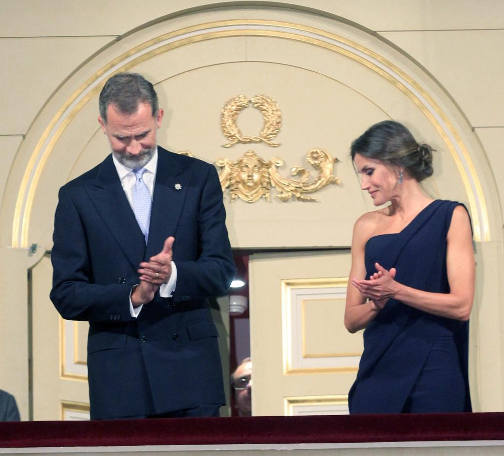 Los Reyes presiden el estreno del Teatro Real entre aplausos y abucheos a los lazos amarillos