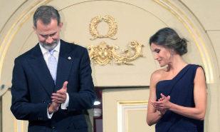ESPAÑA:Los Reyes presiden el estreno del Teatro Real entre aplausos y abucheos a los lazos amarillos