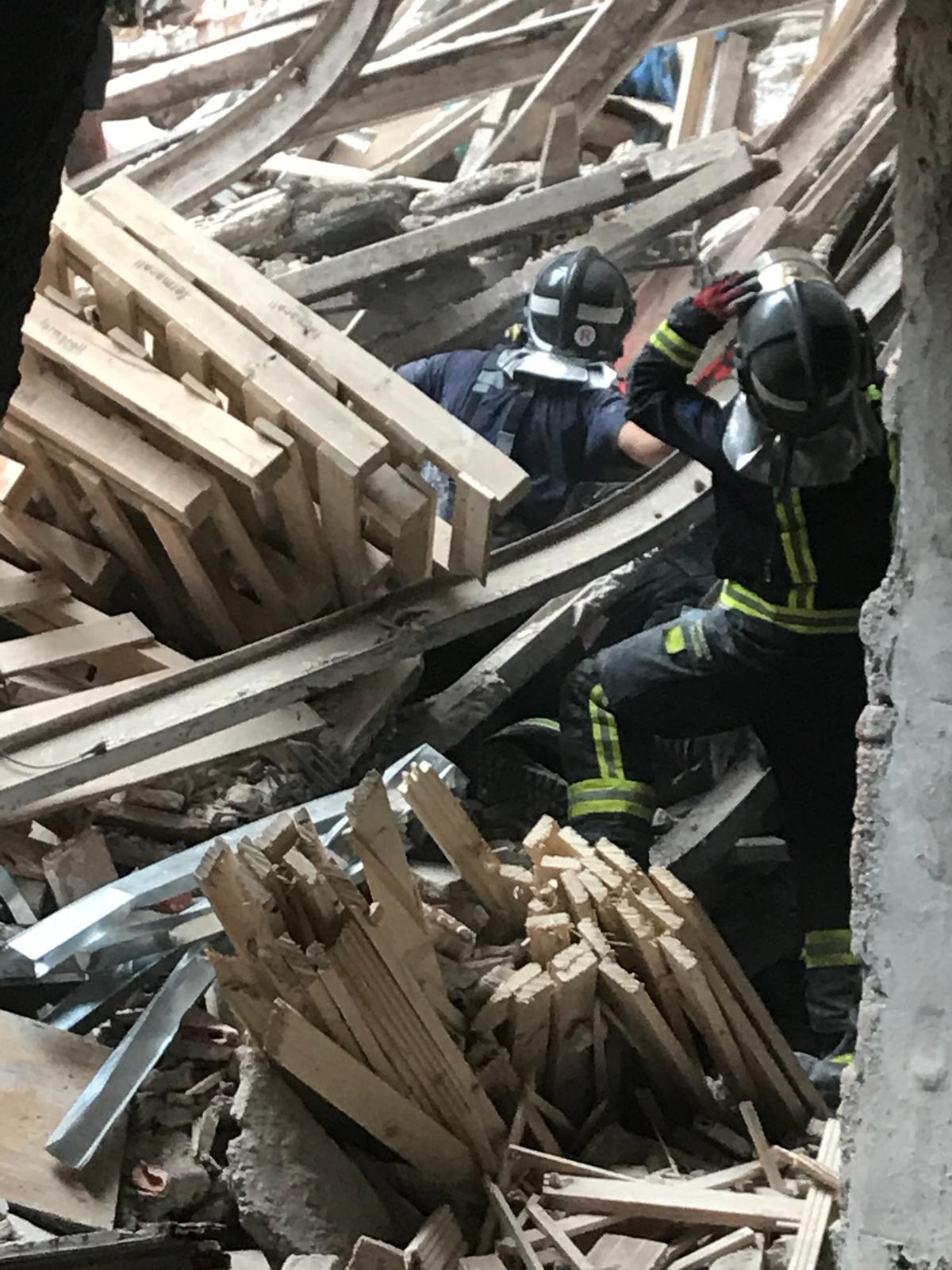Los bomberos observan el estado del derrumbe que el pasado martes...