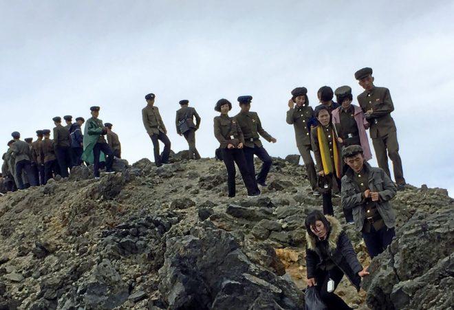 Notables norcoreanos visitan la cima del Monte Paektu.