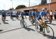 El equipo femenino de triatlón del CAR de Sant Cugat, escoltado por un coche escoba de Hyundai.