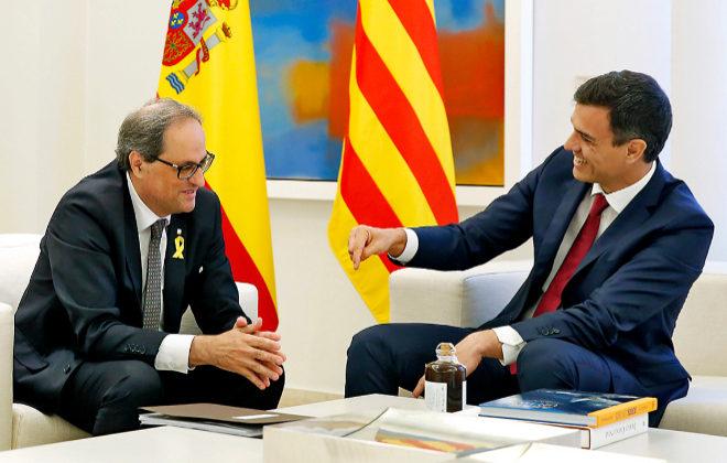 Pedro Sánchez conversa con el presidente de la Generalitat, Quim Torra, en La Moncloa.