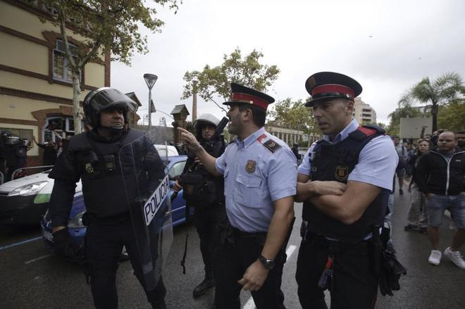 Mossos d'Esquadra y antidisturbios de la Policía durante el 1-O en L'Hospitalet de Llobregat
