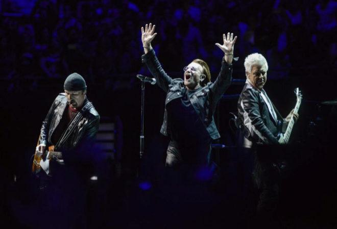 La banda irlandesa U2 durante el concierto primero de sus dos conciertos en Madrid.