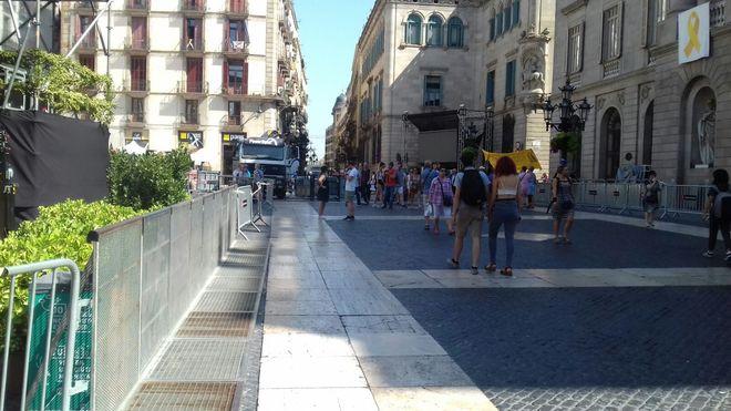 Plaza Sant Jaume esta tarde, ya sin ninguna de las tiendas de campaña que la ocupaban desde la Diada.