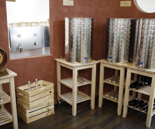 El vino blanco y tinto también se vende a granel.