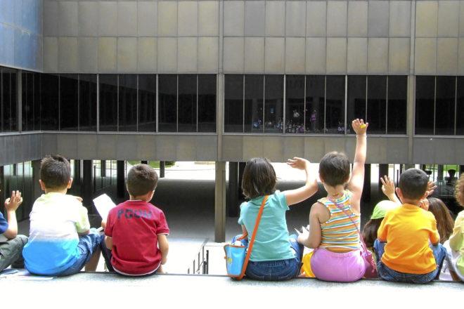 Niños de espalda en el patio interior del Museo del Traje de Madrid.