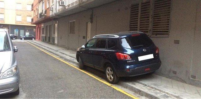 El coche del alcalde de Granada aparcado en una zona prohibida.
