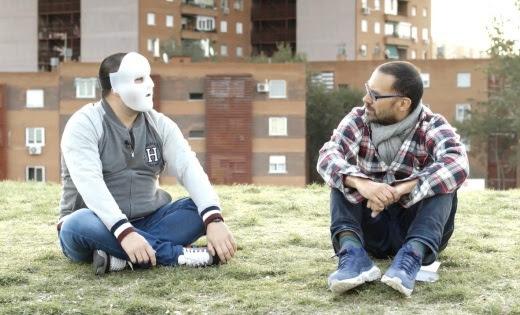 El Flako, con máscara, y el director León Siminiani en una imagen de la película.